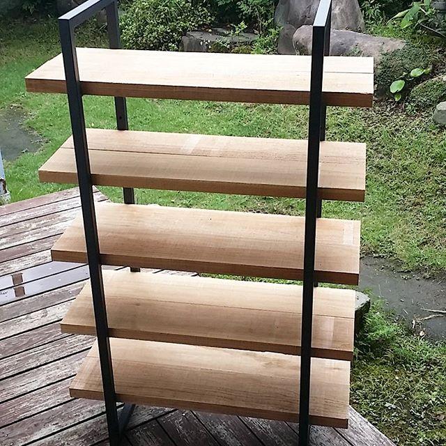 オーダーしたスチール枠に棚板を取り付け完成。靴の収納にします。