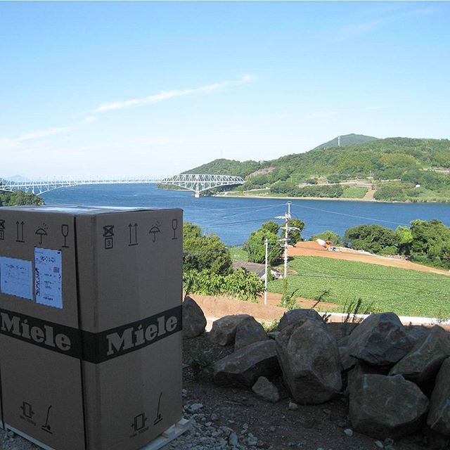 長島へミーレ食器洗い機の納品です。 青い空と海、黒の瀬戸大橋をバックにミーレの記念撮影。